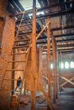 在建筑工地的木脚手架 库存照片