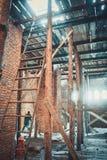 在建筑工地的木脚手架 图库摄影