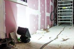 在建筑工地的泛光灯光阐明长的段落 免版税库存图片