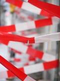 在建筑工地的红色和白色警告磁带 免版税库存图片