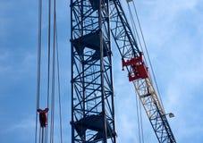 在建筑工地的建筑用起重机 免版税库存图片