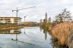 在建筑工地的建筑用起重机Nene河的,北安普顿 免版税图库摄影