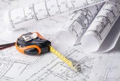 在建筑计划图画的卷尺 免版税库存照片