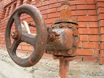 在水管的大和生锈的阀门 免版税库存照片