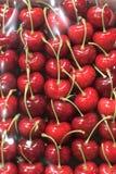 在轴箱盖whith塑料的红色樱桃 免版税库存图片