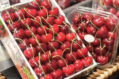 在轴箱盖whith塑料的红色樱桃 免版税图库摄影