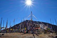 在4000米的目击的日出在最高通不丹,Chele la 免版税图库摄影