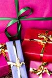 在洋红色礼物盒的鲜绿色蝴蝶结 免版税图库摄影