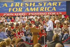 在2004年约翰・克里参议员对支持者演讲观众在一间南部的俄亥俄高中健身房 免版税库存照片