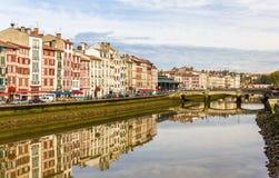 在巴约讷-法国的堤防的大厦 免版税库存照片