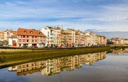 在巴约讷-法国的堤防的大厦 免版税图库摄影