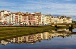 在巴约讷-法国的堤防的大厦 库存照片