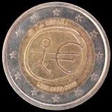 在2009年纪念两欧元硬币由西班牙发布了经济和货币同盟周年的  库存图片