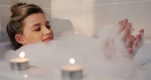洗在浴缸的妇女浴 影视素材