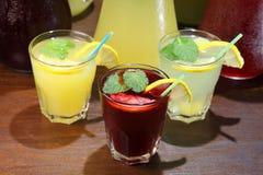 在水罐和柠檬的柠檬水用在室内桌上的薄菏 止干渴和刷新饮料 免版税图库摄影