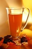 在水罐和被分类的干果子的蜜饯近 免版税库存照片