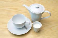 在水罐的咖啡有加奶咖啡杯子和牛奶的 免版税图库摄影