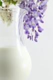 在水罐的新鲜的牛奶 免版税库存照片