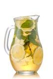 在水罐的被冰的茶 库存图片