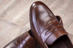 在滤网表面安置的时髦的皮革便士游手好闲者鞋子 免版税库存照片