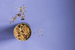 在紫罗兰的格兰诺拉麦片 库存照片