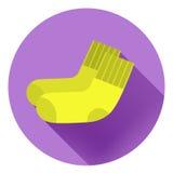 在紫罗兰色背景的淡黄色袜子 图库摄影