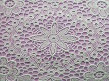 在紫罗兰色背景的白色doilie 免版税库存图片