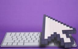 在紫罗兰色背景的键盘 计算机标志 3d翻译 3d例证 免版税库存图片