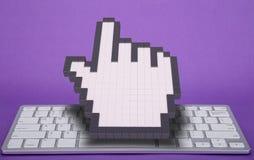 在紫罗兰色背景的键盘 计算机标志 3d翻译 3d例证 免版税库存照片