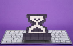 在紫罗兰色背景的键盘 计算机标志 3d翻译 3d例证 库存照片