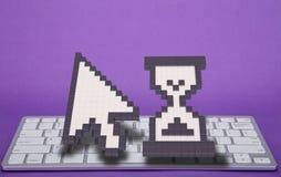 在紫罗兰色背景的键盘 计算机标志 3d翻译 3d例证 库存图片