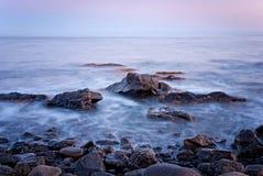 在紫罗兰色颜色的海景 长的曝光,克里米亚,乌克兰 库存照片