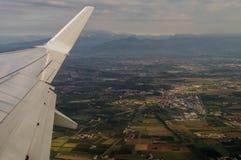 在维罗纳的鸟瞰图从航空器舷窗 库存照片