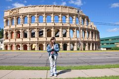 在`罗马斗兽场`前面 免版税库存图片