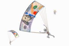 在100美元的跳伞运动员飞行钞票 图库摄影