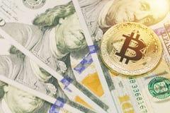 在100美元钞票的金黄bitcoin 关闭与选择聚焦的图象 Cryptocurrency概念 库存照片