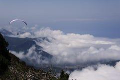 在滑翔伞的山 免版税图库摄影