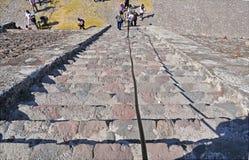 在死者的大道,特奥蒂瓦坎,墨西哥的金字塔 免版税库存照片
