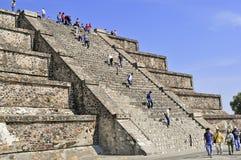 在死者的大道,特奥蒂瓦坎,墨西哥的金字塔 免版税库存图片