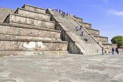 在死者的大道,特奥蒂瓦坎,墨西哥的金字塔 库存图片
