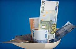 在绞肉机的欧洲钞票 库存图片