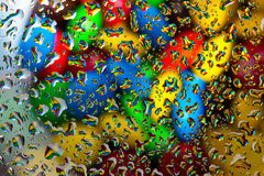 在水滴背景下的糖果 免版税库存照片