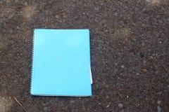 在黑背景安置的蓝皮书 免版税库存图片