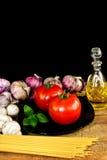 在黑背景意大利烹调概念的面团成份 免版税库存照片
