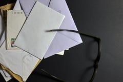 在黑背景的书信 库存图片