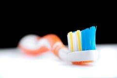 在黑背景的五颜六色的牙刷 免版税库存图片