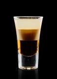 在黑背景的五颜六色的鸡尾酒 免版税图库摄影