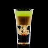 在黑背景的五颜六色的鸡尾酒 免版税库存图片
