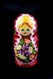 在黑背景的俄国嵌套玩偶 免版税库存照片