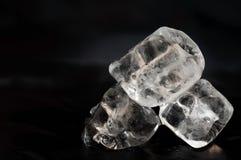 在黑背景的冰块 免版税库存照片